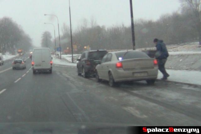 Nieoznakowany policyjny Opel Vectra