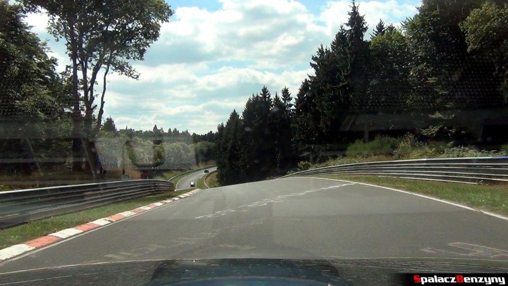 Niewidoczny zakręt i zjazd na Północnej Pętli Nurburgringu