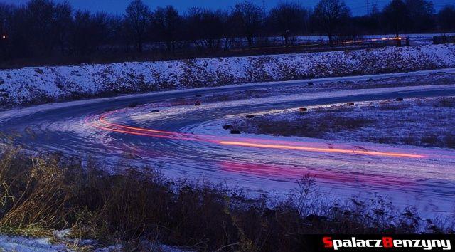 Nocna po śniegu jazda na torze w Lublinie
