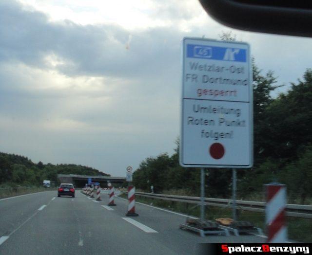 Objazd i czerwony punkt na niemieckiej autostradzie