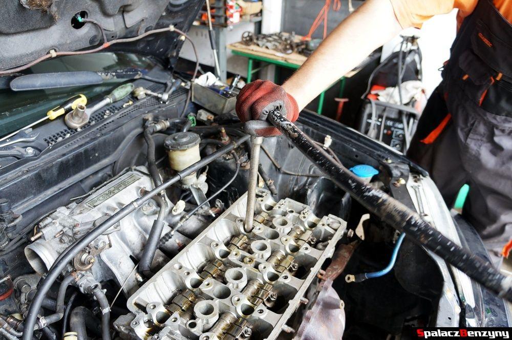 Odkręcanie głowicy silnika w Honda Civic
