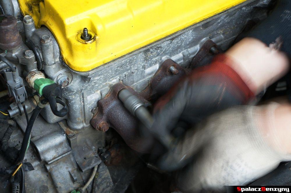 Odkręcanie kolektora wylotowego w Honda Civic
