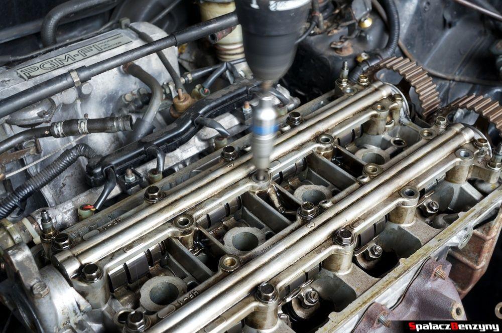 Odkręcanie osłony wałka rozrządu w Honda Civic