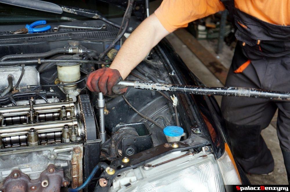 Odkręcanie poduszki pod silnikiem w Honda Civic