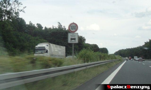 Ograniczenie 100 w czasie deszczu na niemieckiej autostradzie