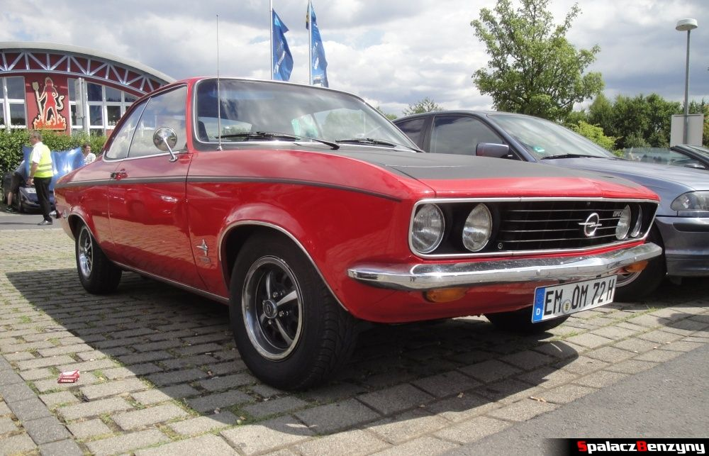 Opel czerwony na Nurburgring Nordschleife