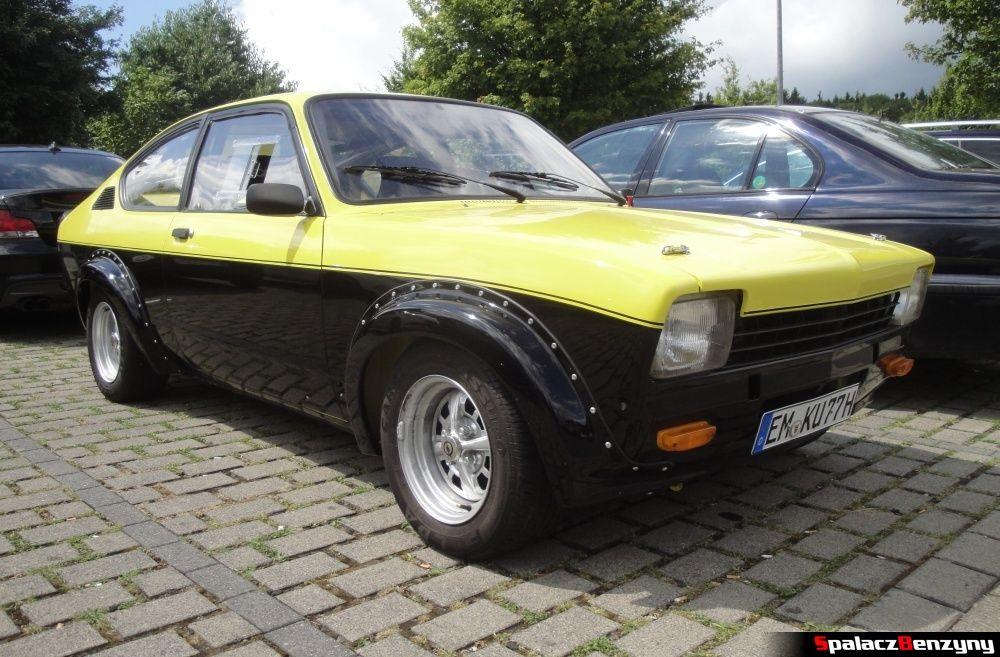 Opel żółto-czarny na Nurburgring Nordschleife