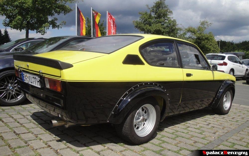 Opel żółto-czarny tył na Nurburgring Nordschleife