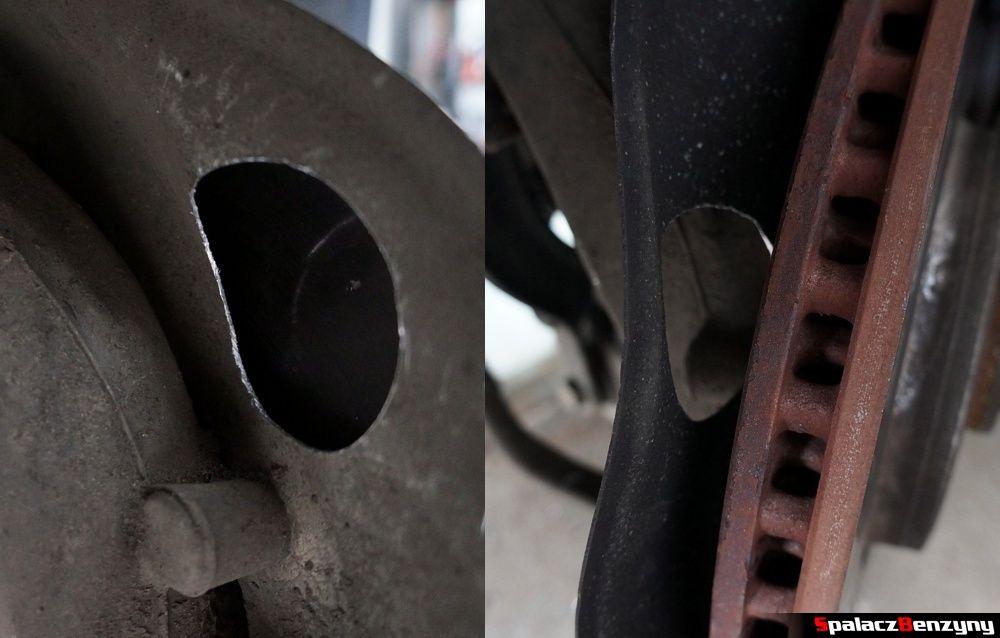 Otwór w osłonie tarczy hamulcowej Audi A4 B8