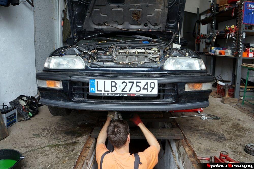 Podnośnik pod silnikiem w Honda Civic