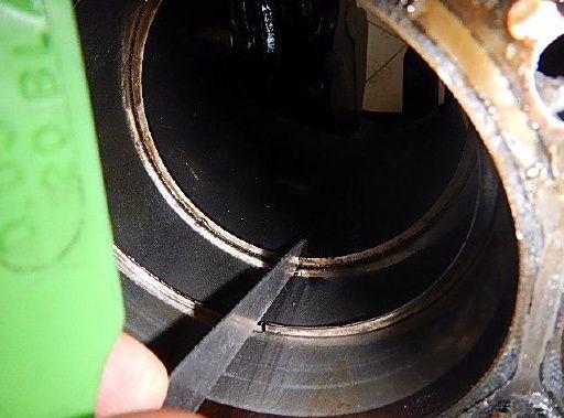 Pomiar przerwy pierścienia w Audi A4 B8 kombi czarne