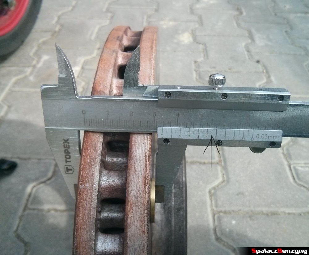 Pomiar suwmiarką tarcz hamulcowych do Audi A4 B8