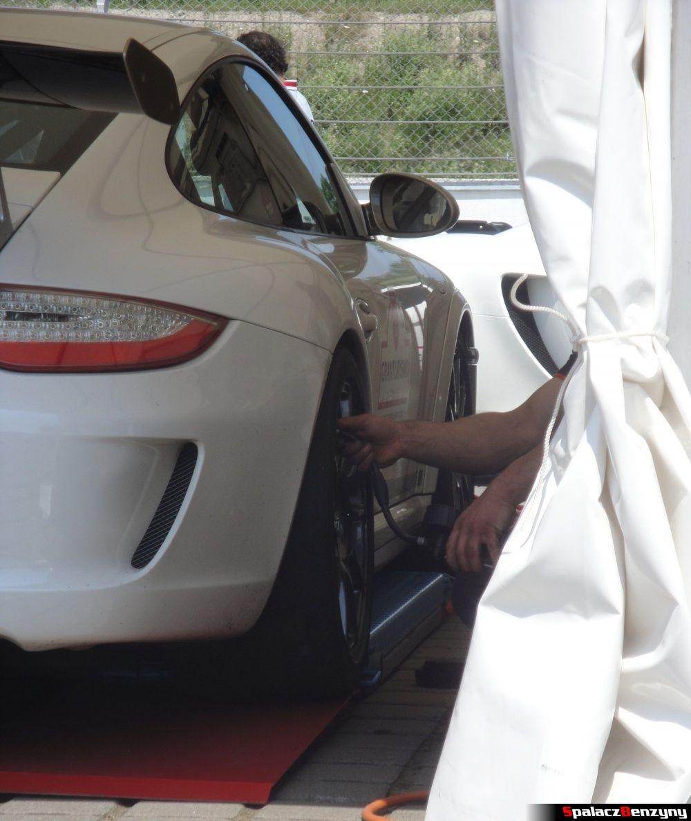 Pompowanie opon w Porsche na Gran Turismo Polonia 2013
