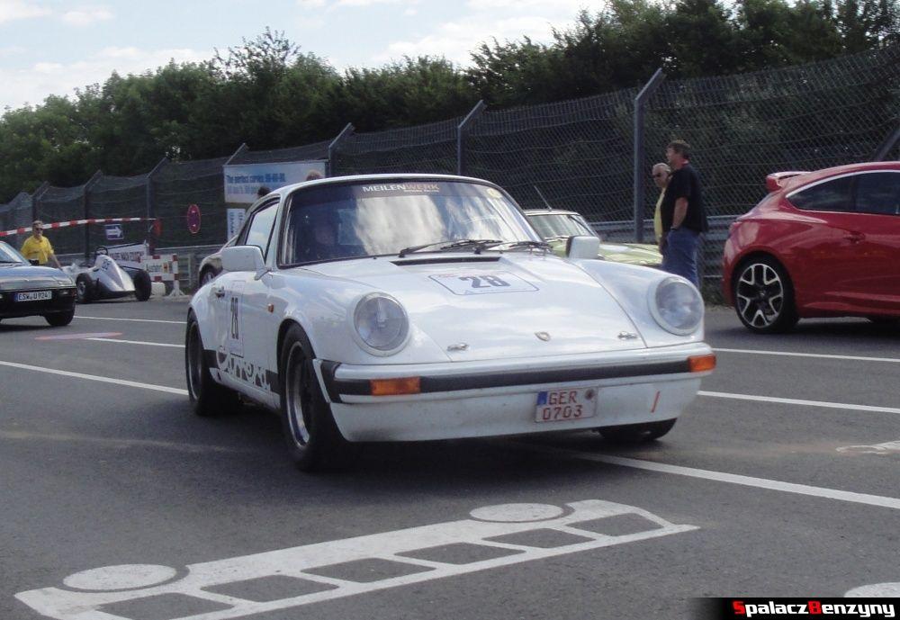 Porsche Carrera białe na Nurburgring Nordschleife