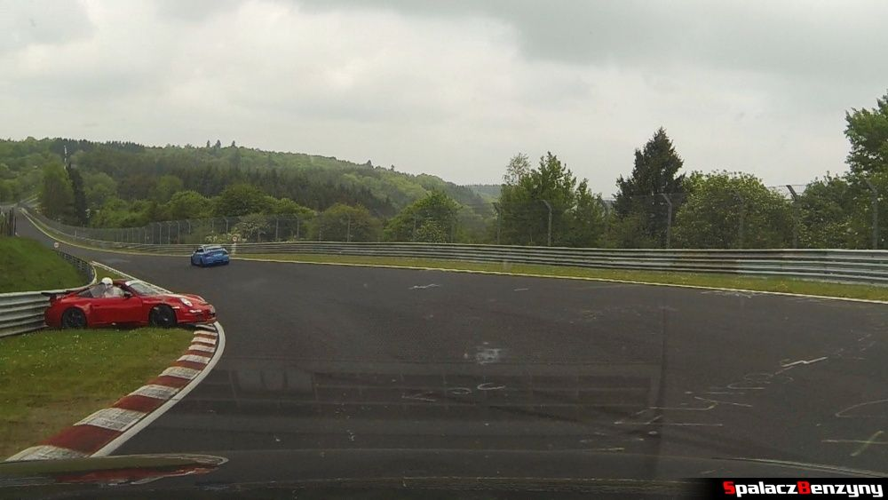 Porsche na poboczu na Północnej Pętli Nurburgringu