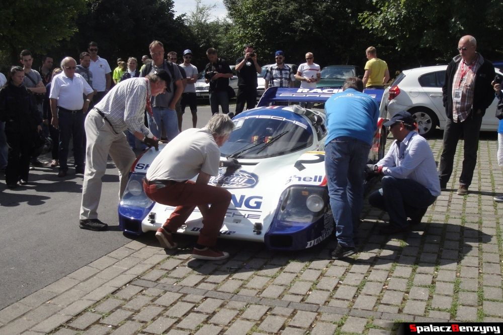 Problem z założeniem zderzaka Porsche 956 na Nurburgring Nordschleife