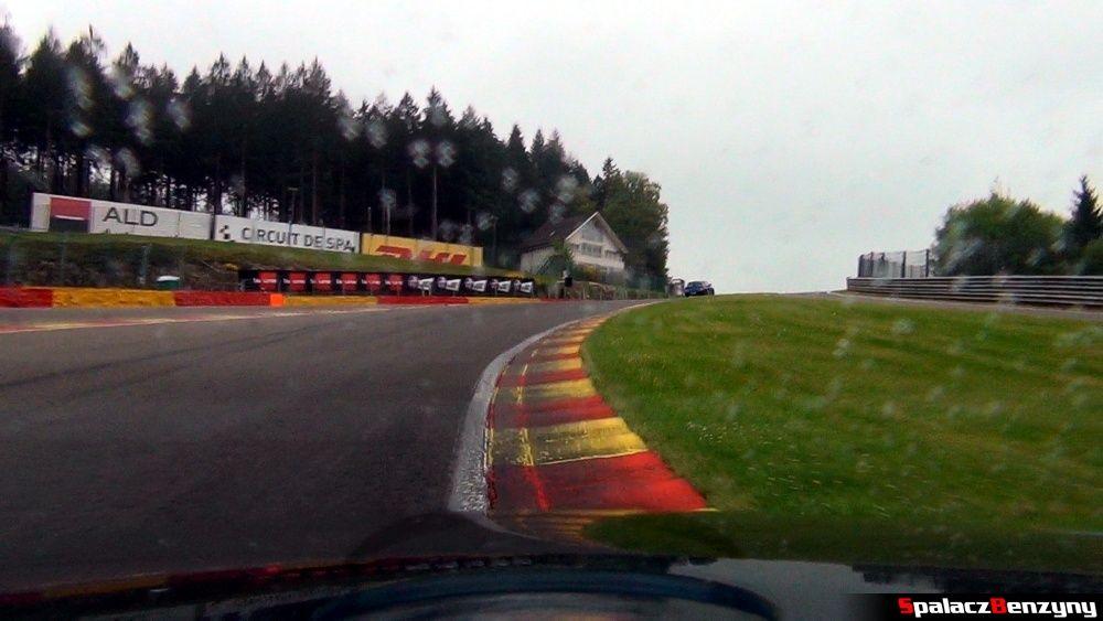 Przejazd przez Eau Rouge 2 na Circuit de Spa-Francorchamps