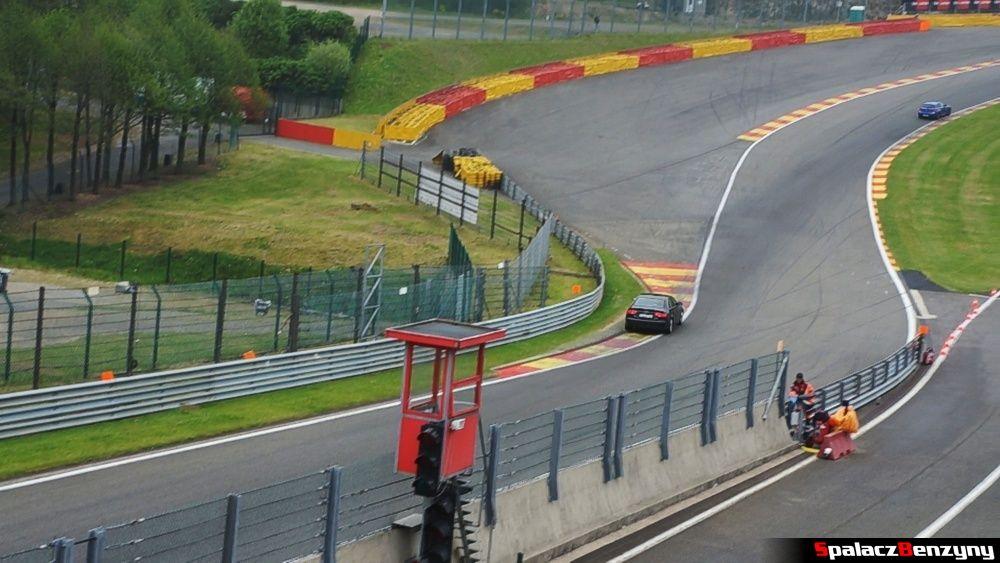 Przejazd przez Eau Rouge na Circuit de Spa-Francorchamps