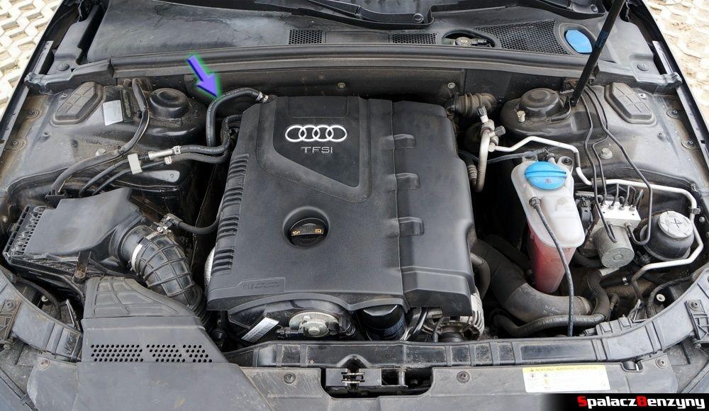 Przewód przy silniku w Audi A4 B8