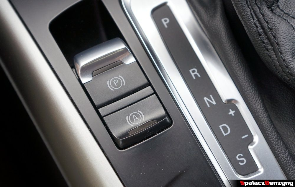 Przycisk hamulca ręcznego i asystenta w Audi A4 B8