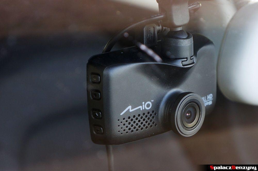 Rejestrator trasy Mio MiVue 688 na szybie