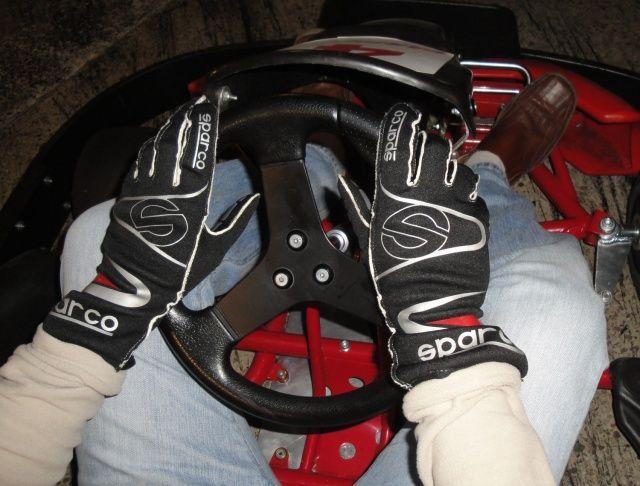 Rękawice Sparco Arrow K-7 na kierownicy
