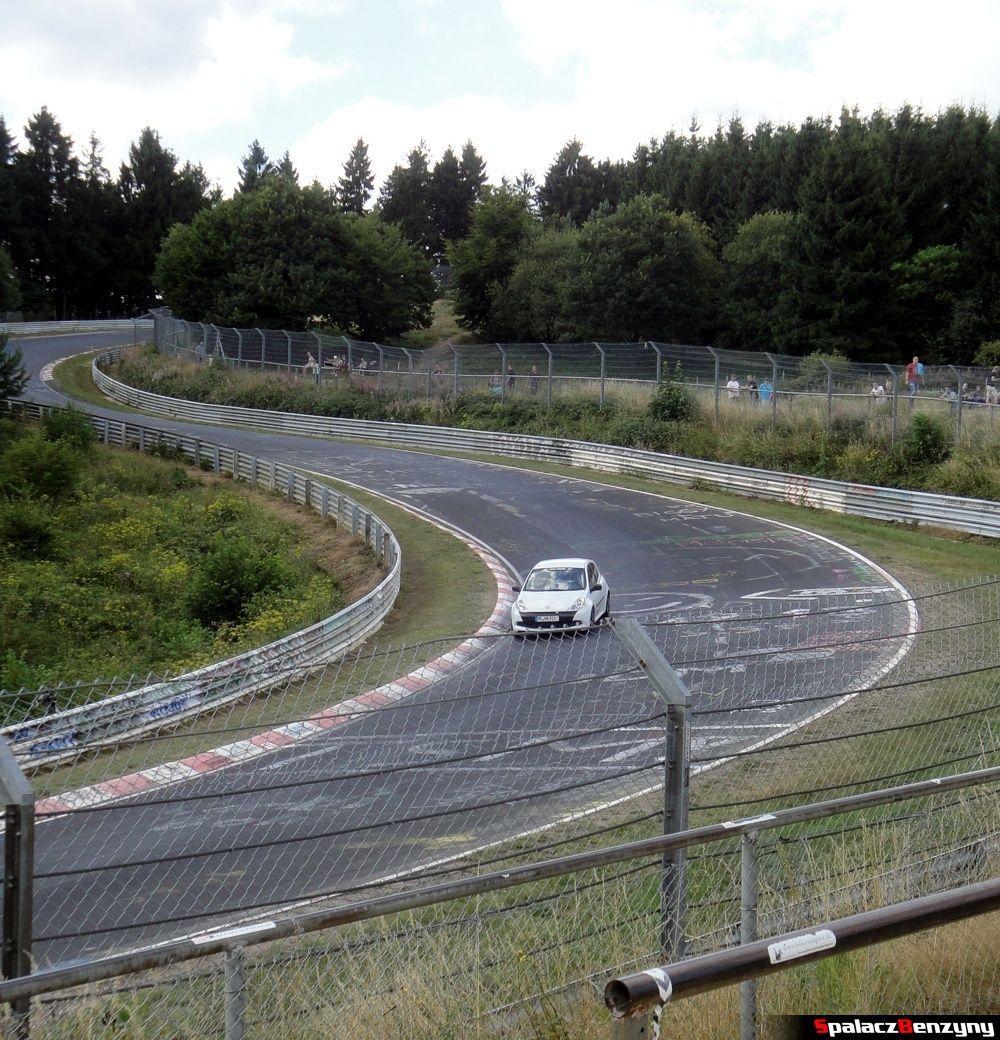 Renaulc Clio biały na Północnej Pętli Nurburgringu