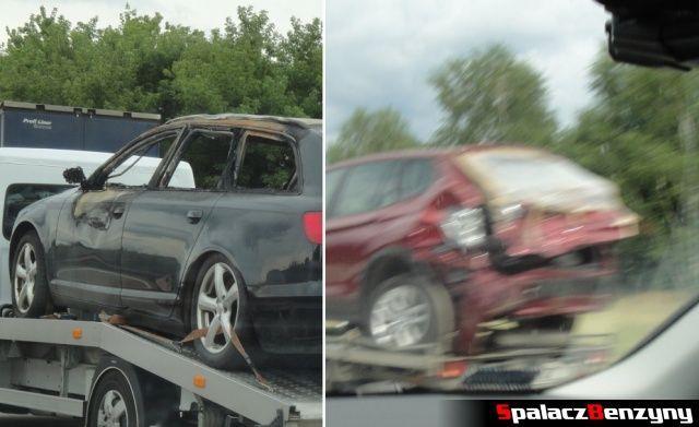 Rozbite auta na lawetach na niemieckiej autostradzie
