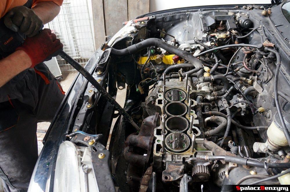 Rozkręcanie wydechu od kolektora wydechowego w Honda Civic