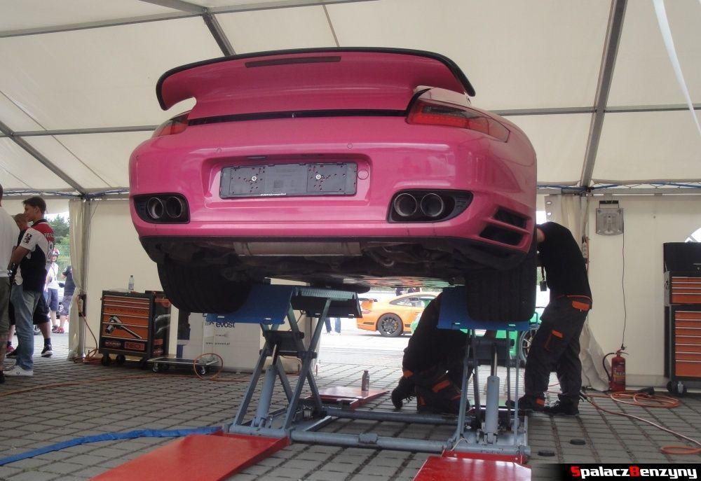 Różowe Porsche na podnośniku na Gran Turismo Polonia 2013
