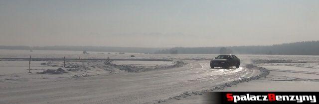 Śnieżny drift Audi A4 Quattro na torze Snow Fun