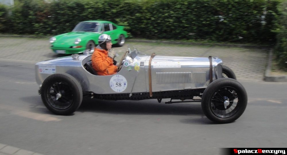 Srebrne auto podobne do Wolseley Hornet Special na Nurburgring Nordschleife