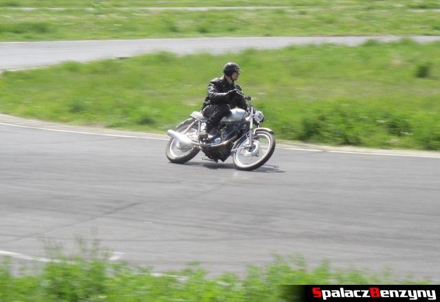 Srebrny motocykl w czasie jazdy na Super Veteran 2012 w Lublinie