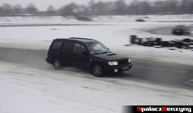 Subaru Forester STI na zimowym treningu na Torze w Lublinie