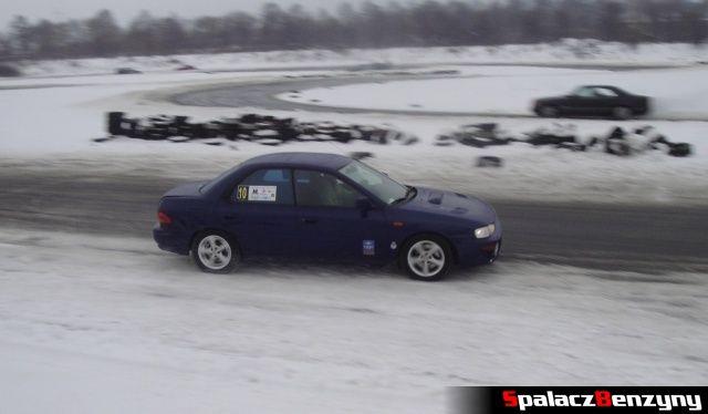 Subaru Impreza granatowa na zimowym treningu na Torze w Lublinie