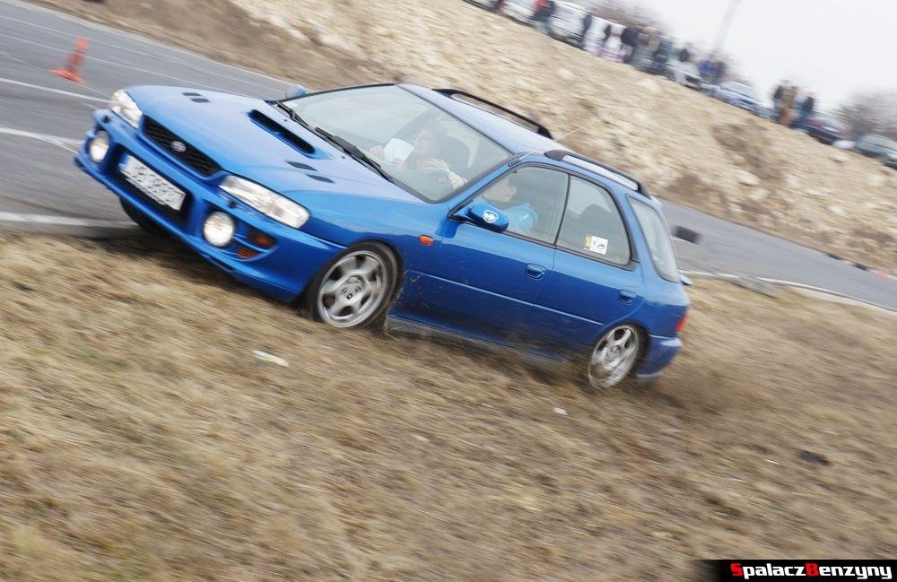 Subaru Impreza GT niebieska na trawie na RS Kulig 2014 Tor Lublin