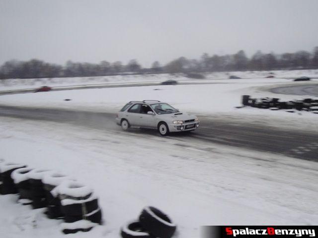 Subaru Impreza kombi srebrna na zimowym treningu na Torze w Lublinie