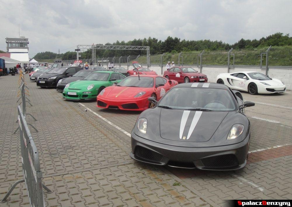 Szare Ferrari i inne auta na torze w Poznaniu na Gran Turismo Polonia 2013