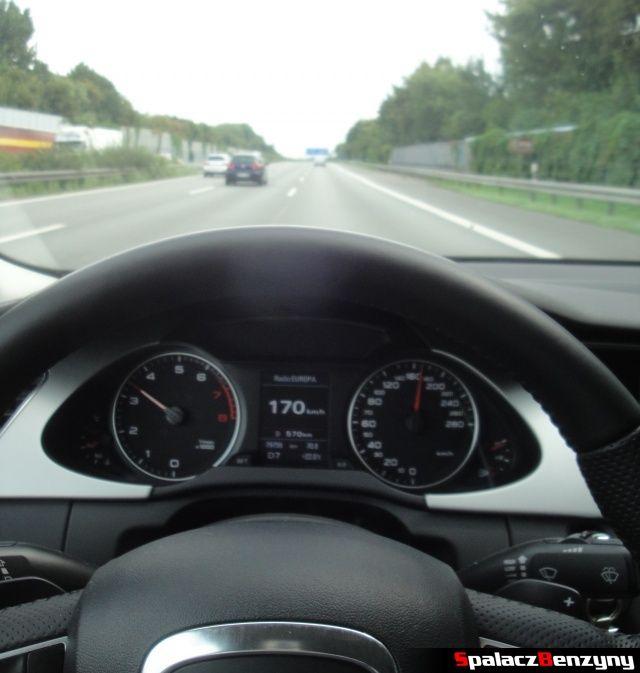 Szybka jazda po prawym pasie na niemieckiej autostradzie