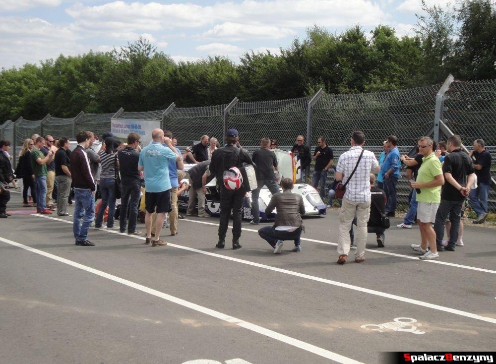 Tłum przy Porsche 956 na Nurburgring Nordschleife