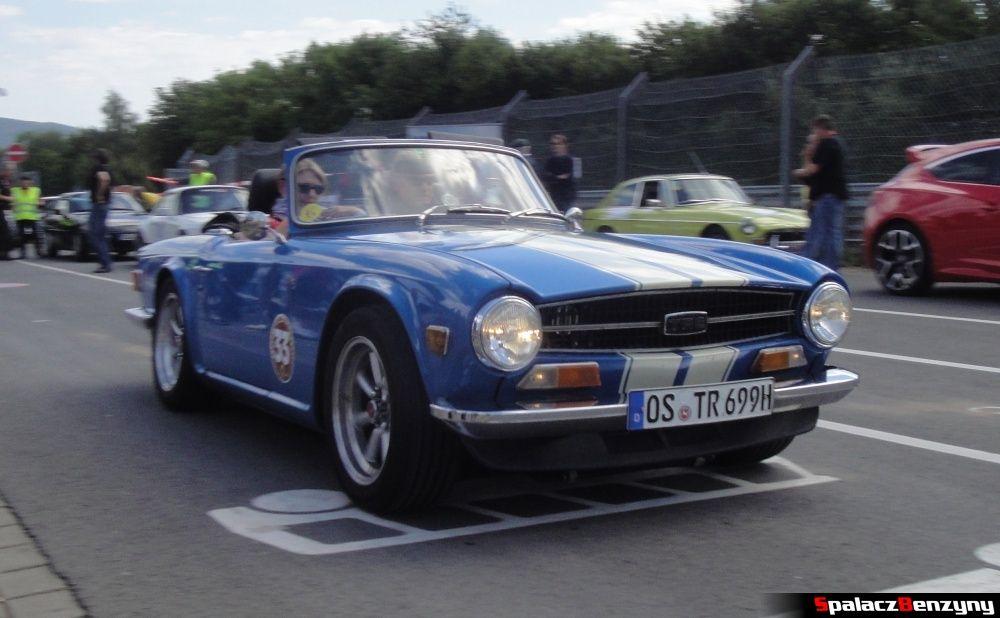Triumph TR6 niebieski na wjeździe na Nurburgring Nordschleife