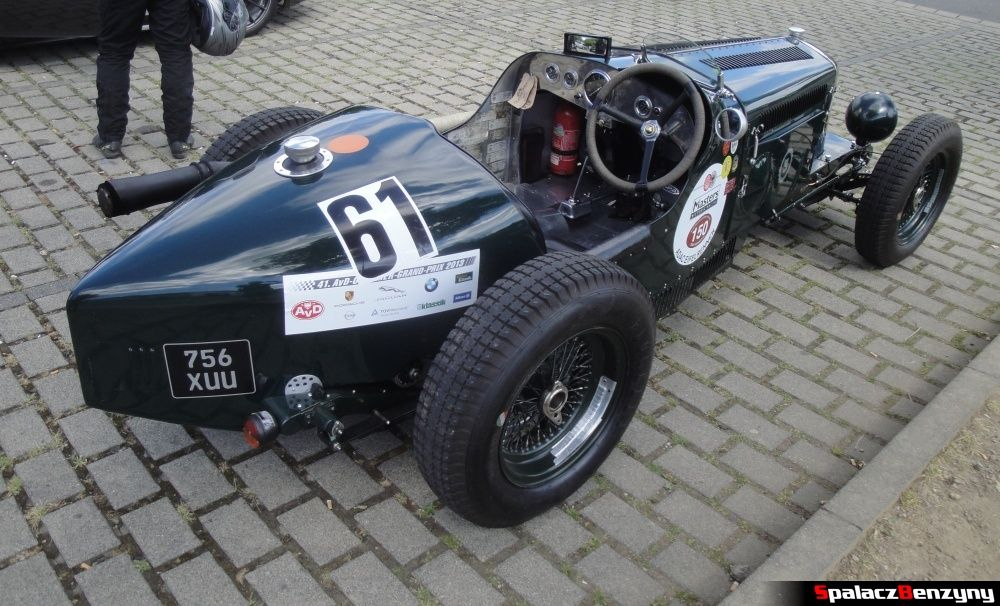 Tył i wnętrze Wolseley Hornet Special na Nurburgring Nordschleife
