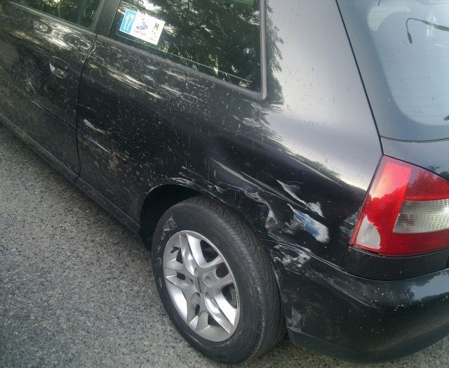Uszkodzenia tylnej części Audi A3 po kolizji z Megane