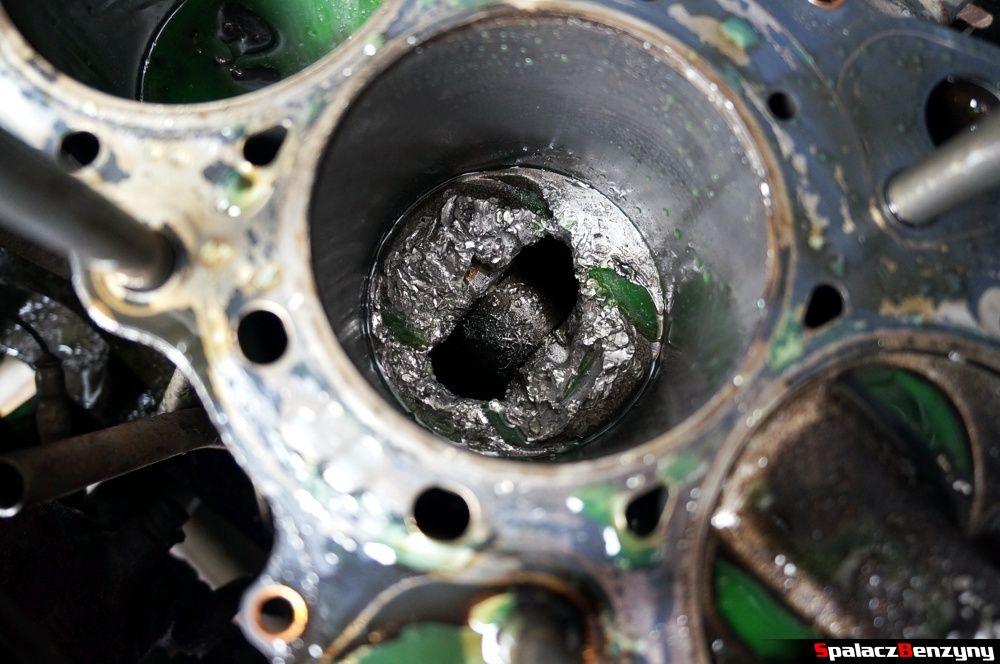 Uszkodzony tłok w cylindrze silnika w Honda Civic