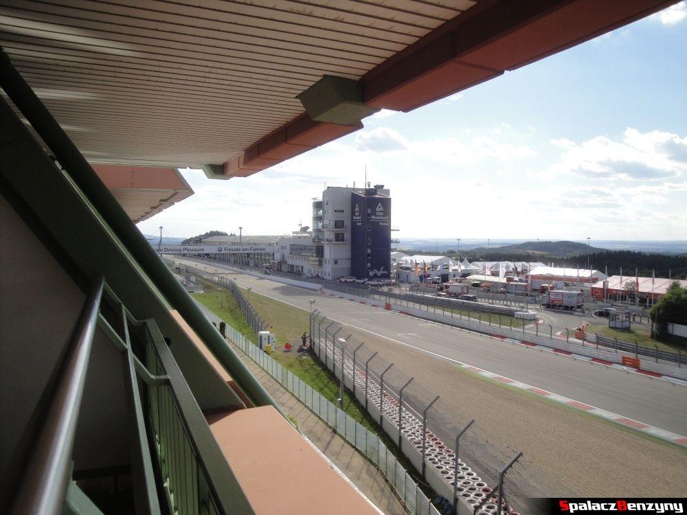 Widok na wierzę na torze z Hotel Dorint Am Nurburgring Hocheifel