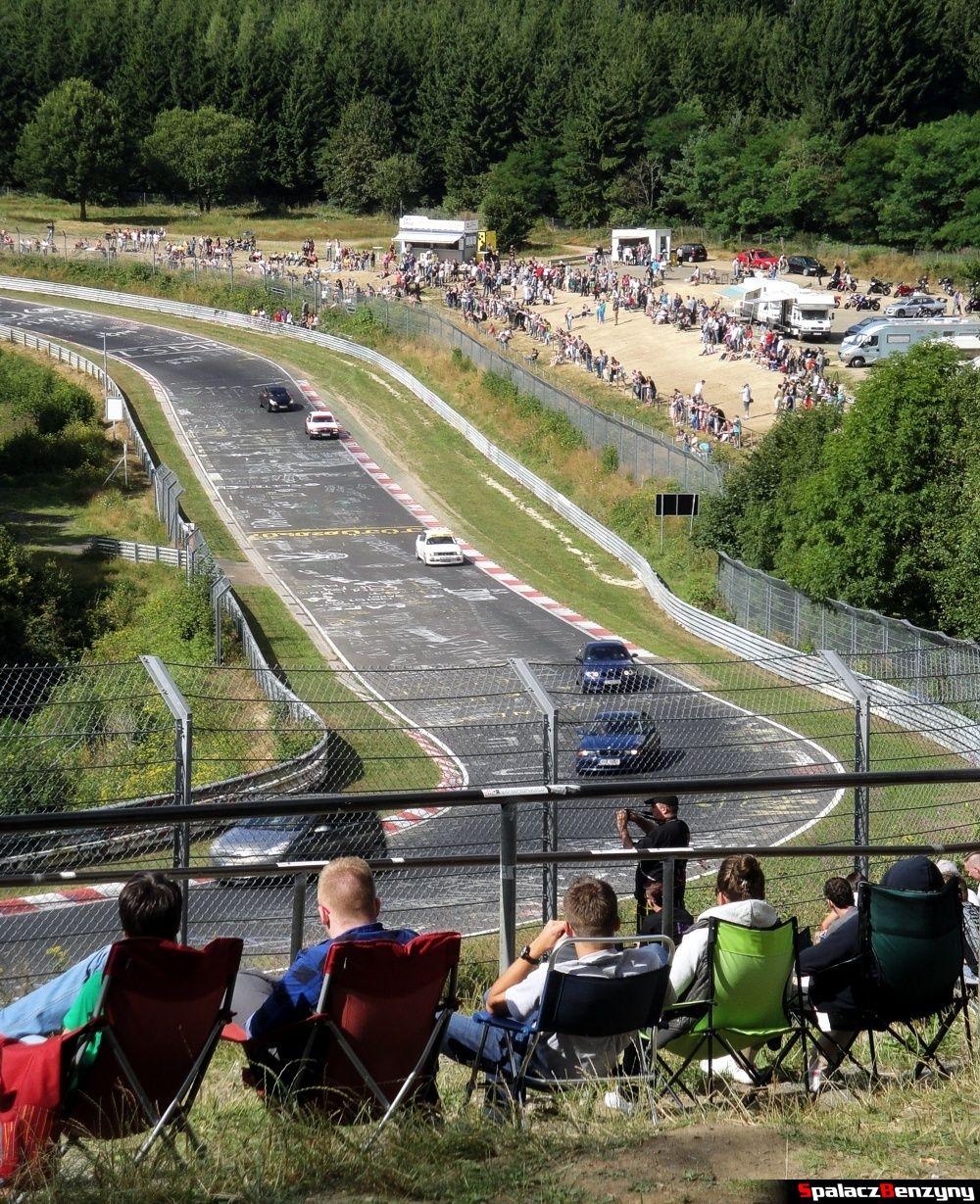 Widokowy zakręt z publicznością na Północnej Pętli Nurburgringu