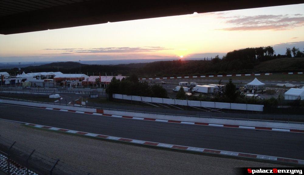 Wieczór na torze Nurburgring widok z Dorint Am Nurburgring Hocheifel