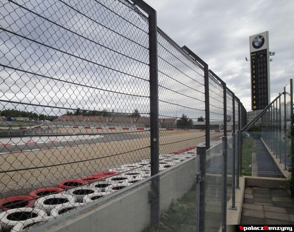 Wieża z wynikami i logo BMW na torze Nurburgring