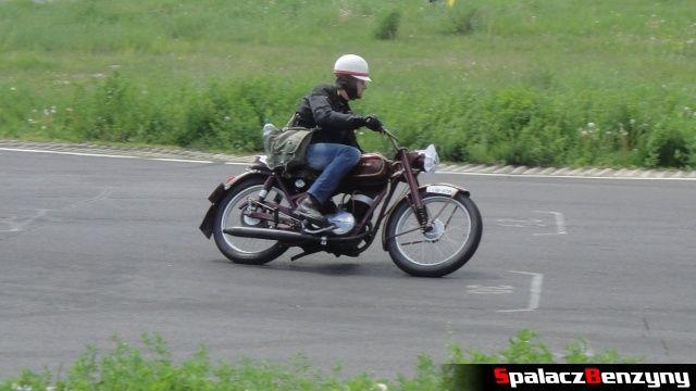 Wiśniowy motocykl w czasie jazdy na Super Veteran 2012 w Lublinie
