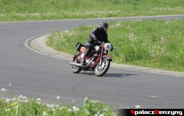 Wiśniowy motocykl w czasie jazdy w zakręcie na Super Veteran 2012 w Lublinie